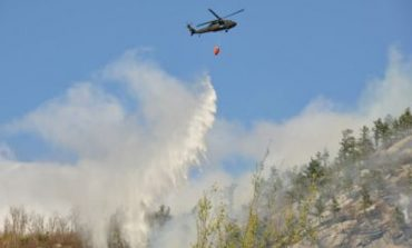 (VIDEO) Ard 10 hectare în comuna Poşaga: Un elicopter și peste 40 de persoane intervin pentru stingerea unui incendiu de vegetaţie uscată