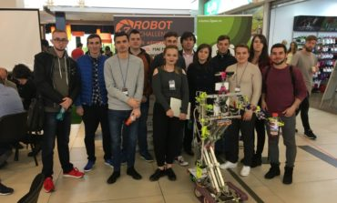 """FOTO: """"Jenny 5"""", roboţelul utilitar care face curățenie, lucrează în grădină și gătește, inventat de studenții de la UAB, pe locul I la un concurs în Oradea"""