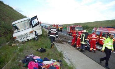 UPDATE FOTO: Accident pe Autostrada Sibiu-Orăștie, zona Vințișoara: Un microbuz cu 20 de copii a ajuns în şanţ după ce şoferul a intrat în stop cardiac