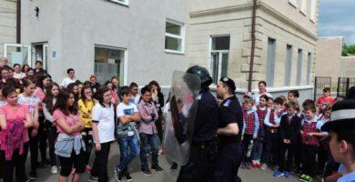 """FOTO: Jandarmii din Alba Iulia au prezentat tehnica de intervenţie, elevilor de la Liceul de Arte """"Regina Maria"""", în cadrul programului Școala Altfel"""