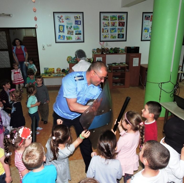 """FOTO: """"Școala Altfel"""", la Grădinița """"Dumbrava Minunată"""" din Alba Iulia. Jandarmii albaiulieni au fost în mijlocul preşcolarilor"""