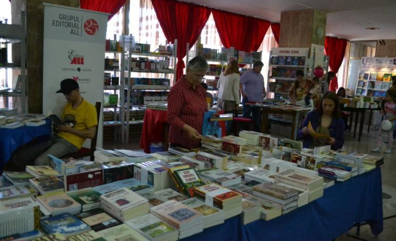 """FOTO-VIDEO: Târgul de Carte """"Alba Transilvana"""", ediţia a X-a şi-a deschis porţile la Alba Iulia. Trei zile de lansări de carte, spectacole şi alte surprize"""
