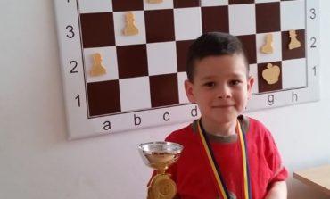 FOTO: În vârstă de doar 6 ani, albaiulianul Alexandru Macalet a câştigat un turneu de şah de la Deva