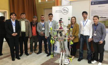 """FOTO: Medalie de bronz pentru studenţi de la Universitatea din Alba Iulia şi robotul """"Jenny 5"""", la Cadet INOVA Sibiu"""