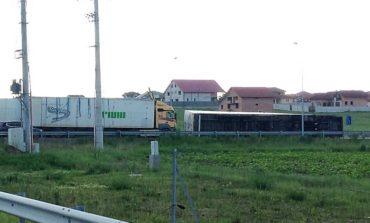 FOTO: Un Tir încărcat cu pal s-a răsturnat pe DN 1, la ieșirea de pe Autostrada Sibiu-Deva. Traficul a fost îngreunat timp de trei ore