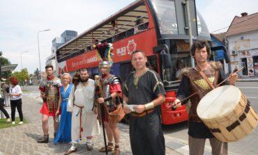 FOTO: Plimbare cu Autobuzul antic pe străzile din Alba Iulia. Lecţie de istorie, prefaţa Festivalului Cetăţilor Dacice