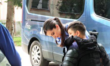 FOTO: De 1 iunie, jandarmii din Alba le-au prezentat copiilor, tehnica de intervenţie, în Parcul Avram Iancu din Blaj
