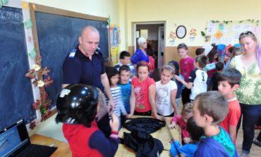 FOTO: Jandarmii albaiulieni în vizită la Școala Gimnazială din localitatea Stremț