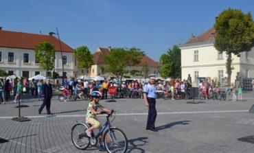 """FOTO: Concursul de biciclete """"Pedalăm şi învăţăm"""", în Piaţa Cetăţii din Alba Iulia"""