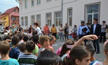 FOTO: Desene pe asfalt și concursuri de biciclete pentru copiii din Teiuș, de Ziua Internațională a Copilului