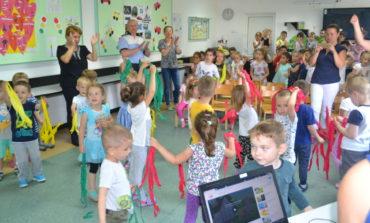 FOTO: Lecție despre siguranța rutieră susținută de polițiști pentru zeci de preşcolari şi școlari din Alba Iulia