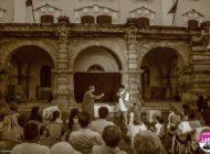 """FOTO: Spectacol de teatru inedit cu trupa de teatru Skepsis. """"Farsa Maestrului Patelin"""", în faţa Muzeului Național al Unirii din Alba Iulia"""