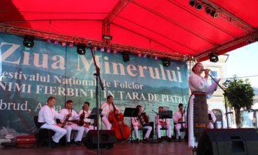 """FOTO: 16 tineri interpreți de folclor muzical vocal și instrumental din mai multe județe ale țării au urat pe scenă la Festivalul-concurs Național de Folclor """"Inimi fierbinți în Țara de Piatră"""", de la Abrud"""