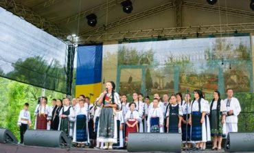 FOTO: Târgul de Fete de pe Muntele Găina. Ceremonii solemne la Crucea Iancului, concerte de muzică populară şi târgul meşterilor populari, organizate la cea mai mare sărbătoare populară din România