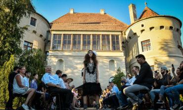 FOTO-VIDEO: Feeric Fashion Week, ediția a X-a, a debutat luni la Crama Tăuni și Castelul Bethlen-Haller
