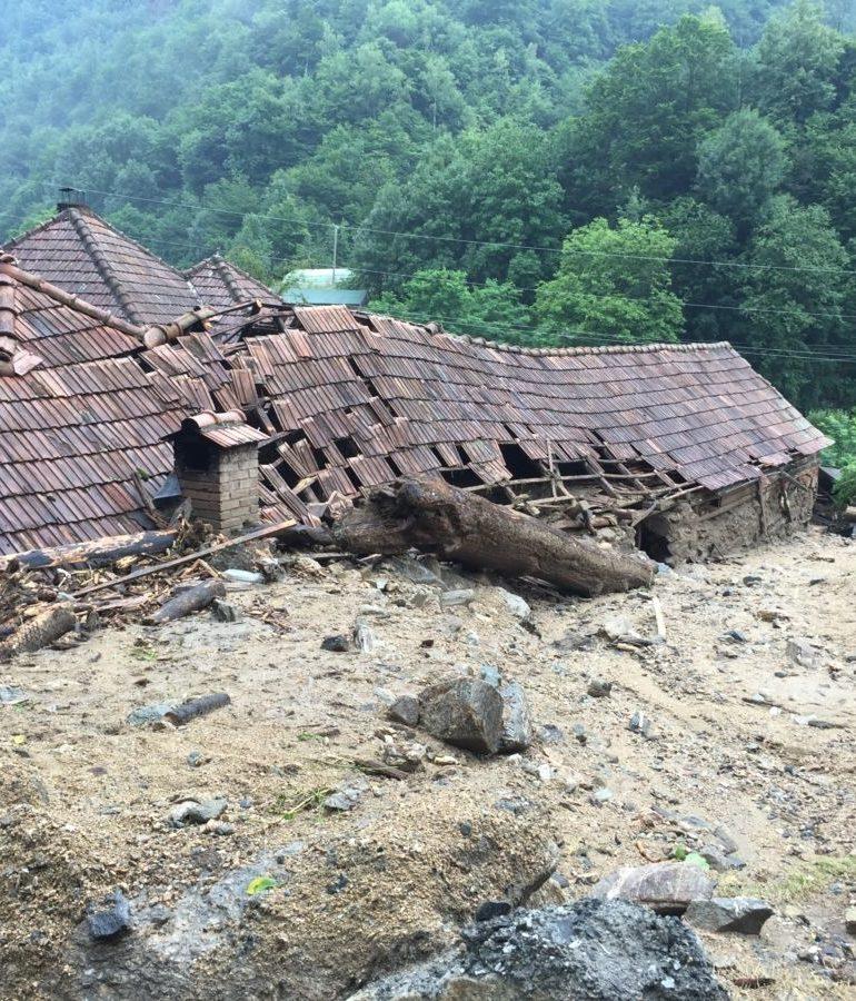 FOTO: Ploaia torenţială a făcut prăpăd în localitatea Dobra, comuna Șugag. Curţile şi grădinile localnicilor au arătat ca după potop