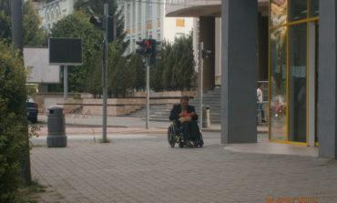 FOTO-VIDEO: Un bărbat care pretindea că este persoană cu dizabilități, amendat de polițiștii locali din Alba Iulia. Cerșea, în scaun cu rotile, pe mijlocul drumului