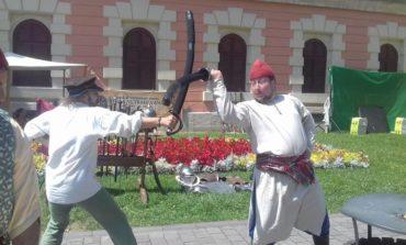 """FOTO - VIDEO: S-a dat startul Festivalului de Artă Medievală """"Zilele Bălgradului"""", de la Alba Iulia. Două zile de teatru, muzică, dans și poezie"""