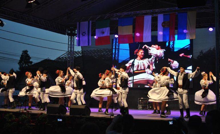 FOTO: Festivalul Internațional de Folclor, de la Aiud. Parada portului popular pe străzile oraşului şi spectacole cu ansambluri din Mexic, Ucraina, Polonia şi Serbia