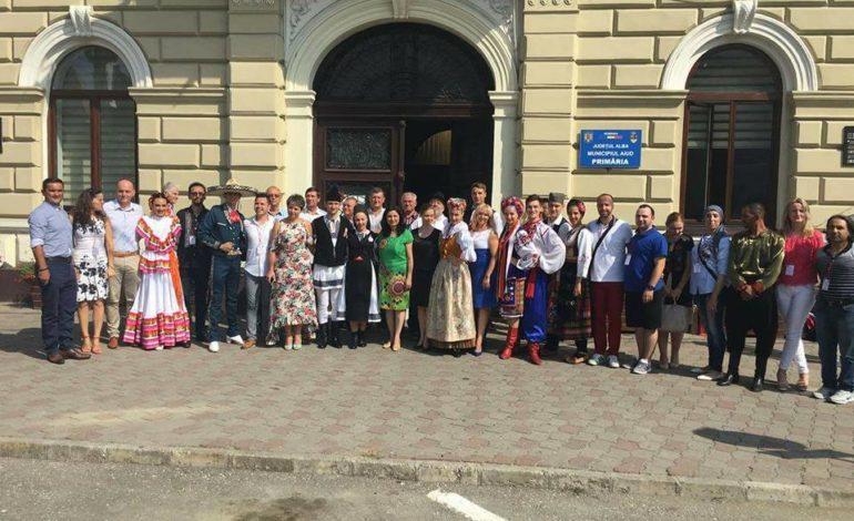 FOTO: Ansamblurile din străinătate care participă la Festivalul Internațional de Folclor au ajuns la Aiud. Parada portului popular deschide seria spectacolelor pline de culoare