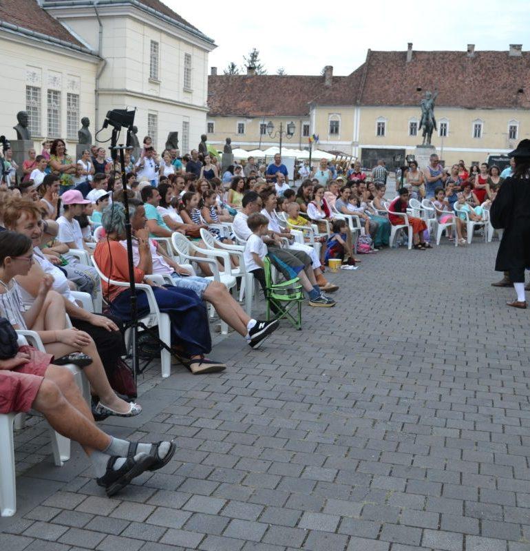 FOTO-VIDEO: S-a tras cortina peste a doua ediție a Festivalului Zilele Medievale ale Bălgradului. Demonstraţii cu arme, dansuri şi muzică, spectacol de teatru şi jonglerii cu foc