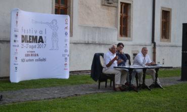 Festivalul Dilema Veche 2017, la Alba Iulia: Programul de sâmbătă. Lansare de carte, Cafeneaua cu Dileme şi spectacole de neuitat în Piaţa Cetăţii