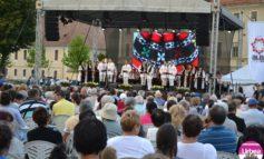 """FOTO-VIDEO: Festivalul """"Cântec de suflet"""" 2017, în Piaţa Cetăţii din Alba Iulia. Sute de albaiulieni au cântat alături de artişti îndrăgiţi ai momentului"""