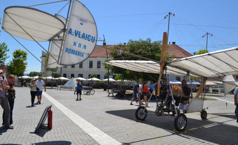 """FOTO-VIDEO: """"Vlaicu II"""" a ajuns marți, la Alba Iulia. Macheta avionului lui Aurel Vlaicu, prezentată în Piața Cetății"""