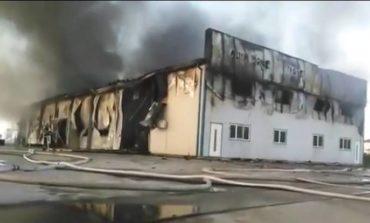 (VIDEO) Incendiu la Drâmbar: O hală de producție a cărnii a fost mistuită de flăcări