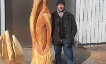 FOTO: Artistul Ștefan Balog din Aiud, autor al unei lucrări monumentale din lemn, amplasată la Mallnitz, Austria