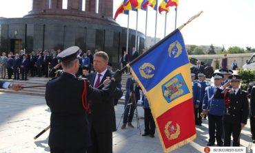 FOTO: Noul drapel de luptă, înmânat de preşedintele Klaus Iohannis, reprezentanţilor ISU Alba