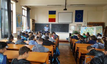 """FOTO: Polițiștii s-au întâlnit cu elevi de liceu din Blaj, Ocna Mureş şi Cîmpeni, în cadrul campaniei """"Școala în siguranţă"""""""