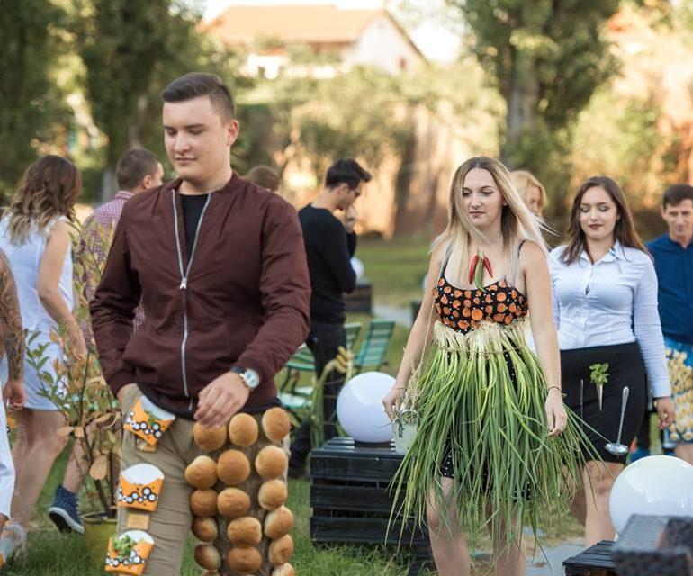 """FOTO: """"Vogue Food Fashion by Toma"""", la Alba Iulia. Cum arată creațiile vestimentare, accesorizate cu deserturi, fructe, legume și carne"""