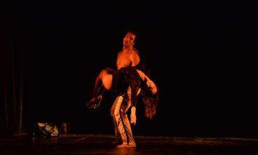 """FOTO-VIDEO: Festivalul Internaţional de Teatru """"Poveşti"""" de la Alba Iulia. Sute de albaiulieni au simţit emoţia unei """"Nopţi pariziene"""". Programul pentru ziua de miercuri"""