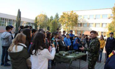 """FOTO: Elevi de gimnaziu din Râmnicu-Vâlcea, în vizită la Colegiul Militar """"Mihai Viteazul"""" din Alba Iulia"""