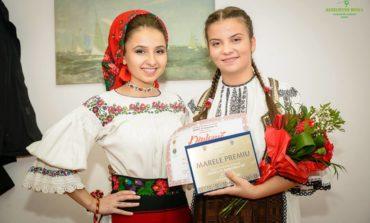 """FOTO: Bianca Şuşman din Alba a câştigat trofeul Festivalului Naţional de Folclor """"Mureş pe marginea ta"""" 2017. 18 tineri interpreţi au participat la concurs"""