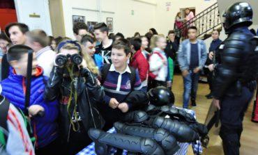 """FOTO: Aproximativ două sute de elevi s-au întâlnit miercuri, 25 octombrie, cu jandarmii, în cadrul săptămânii """"Şcoala altfel: să ştii mai multe, sa fii mai bun!"""""""