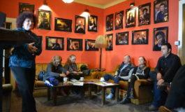 """FOTO-VIDEO: Actorii păpuşari din spectacolul """"Furtuna"""", la cafea cu albaiulienii. Povestea unei producţii inspirate din arta animaţiei"""