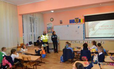"""FOTO: Lecţii de educaţie rutieră pentru zeci de elevi de la poliţiştii din Alba în """"Şcoala Altfel"""""""