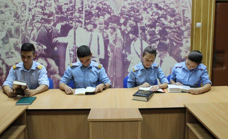 """FOTO: Elevi de la Colegiul Naţional Militar Alba Iulia îşi îmbunătăţesc competenţele, în cadrul proiectului """"Reverberaţii în cadenţă"""""""