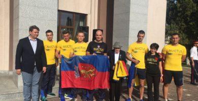 """FOTO: """"Ștafeta Veteranilor"""" a ajuns la Sebeş. Primarul Dorin Nistor a oferit oaspeților steagul municipiului"""