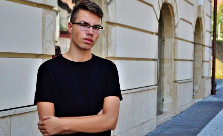 """INTERVIU Petre Paul, tânărul albaiulian care la vârsta de 18 ani a scris două cărţi: """"Scrisul nu e mort, chiar dacă poate părea așa la o primă vedere"""""""
