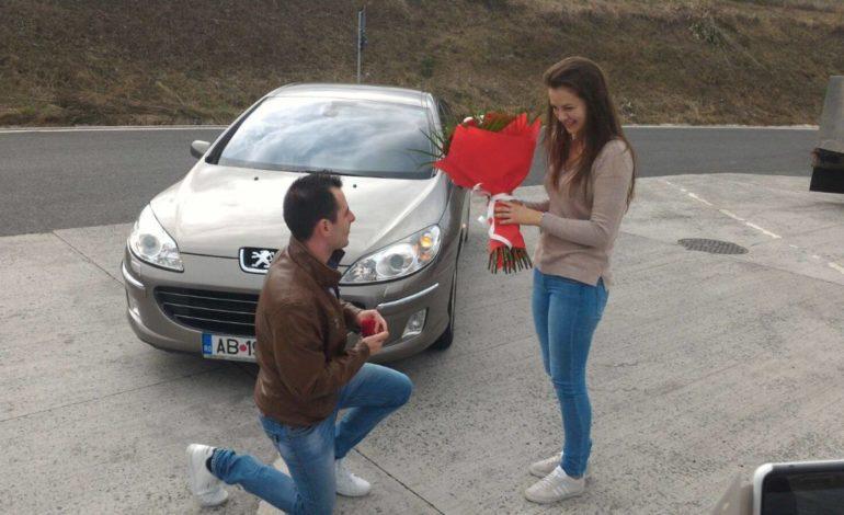 FOTO: Cerere în căsătorie inedită! Un albaiulian şi-a lăsat iubita fără cuvinte pe Autostrada A1