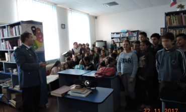 FOTO: Activităţi informativ-preventive desfăşurate de Jandarmeria Alba pentru elevii de la Școala Gimnazială din Cricău