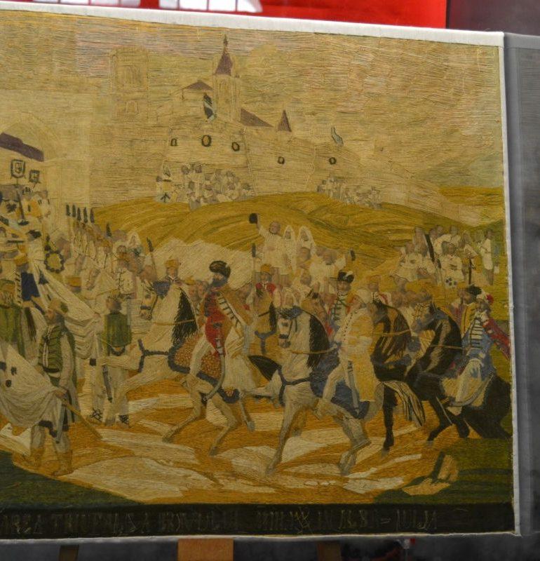 """FOTO-VIDEO: Broderie din sec XIX cu """"Intrarea lui Mihai Viteazul în Alba Iulia"""", exponatul lunii noiembrie la Muzeul Naţional al Unirii"""