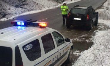 FOTO: Recomandări ale poliţiştilor pentru prudenţă în conducere şi adaptarea vitezei la condiţiile de drum