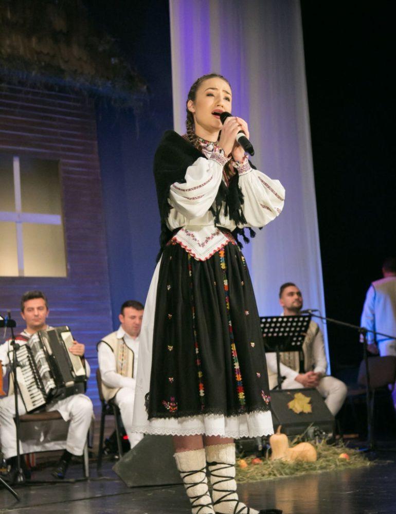 """FOTO: Alexandra Chira din localitatea Plopiş, judeţul Sălaj, a câştigat marele premiu al Festivalului Concurs Naţional de Folclor """"Felician Fărcaşiu"""", ediţia XV. Câştigătorii"""