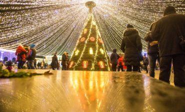 """(VIDEO) """"Crăciunul din 21"""", joi, în Piaţa Cetăţii din Alba Iulia. Spectacol de colinde şi întâlnire cu Miş Crăciun"""