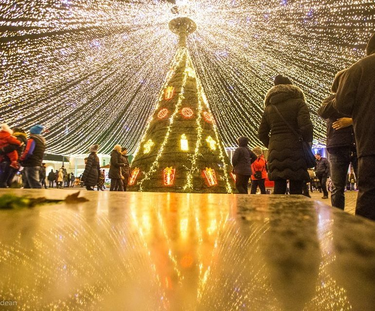 FOTO: Moş Nicolae le-a adus albaiulienilor Parcul Sărbătorilor de Iarnă. Colinde şi surprize la deschiderea oficială
