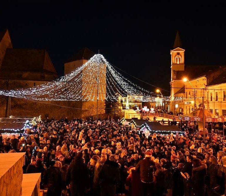 FOTO-VIDEO: S-au aprins  luminile festive de Crăciun, la Aiud. Concert Fly Project și multe alte surprize la deschiderea oficială a Târgului de Crăciun